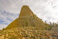 一个岩石石峰的倾斜看法 免版税图库摄影