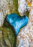 一个峡谷的一条河以心脏的形式 库存照片