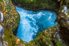 一个峡谷的一条河以心脏的形式 库存图片