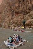一个峡谷的人们在摩洛哥 免版税库存照片