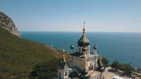 一个峭壁的东正教 海和山在背景 Foros教会鸟瞰图一座山的在 影视素材