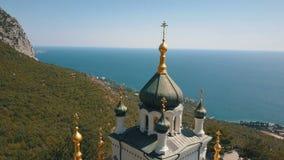 一个峭壁的东正教 海和山在背景 Foros教会鸟瞰图一座山的在 股票视频