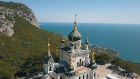 一个峭壁的东正教 海和山在背景 Foros教会鸟瞰图一座山的在 股票录像