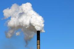 从一个工业烟囱的大气污染 免版税图库摄影