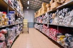 一个工业仓库的内部有织品的滚动 免版税库存照片