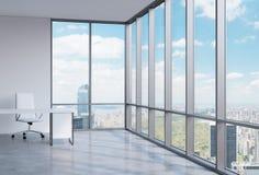 一个工作场所在一个现代壁角全景办公室在曼哈顿,纽约 免版税库存图片