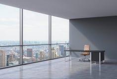 一个工作场所在一个现代壁角全景办公室在纽约,曼哈顿 一个棕色皮椅和一张黑桌 库存图片