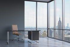 一个工作场所在一个现代壁角全景办公室在纽约,曼哈顿 一个棕色皮椅和一张黑桌 免版税库存照片