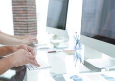 一个工作场所的特写镜头有一台计算机的在一个现代办公室 库存图片
