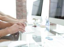 一个工作场所的特写镜头有一台计算机的在一个现代办公室 库存照片