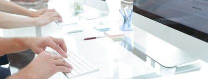 一个工作场所的特写镜头有一台计算机的在一个现代办公室 免版税库存照片