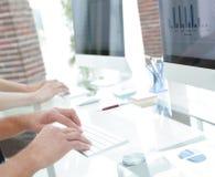 一个工作场所的特写镜头有一台计算机的在一个现代办公室 免版税库存图片