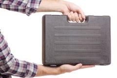 一个工具的手提箱在男性手上 免版税库存图片