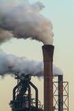 一个工厂的大气污染有几个烟囱的 免版税库存照片