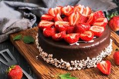 一个巧克力蛋糕的特写镜头用草莓 选择聚焦 欢乐蛋糕 库存图片