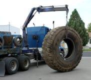 一个巨型的卡车轮胎 免版税库存图片