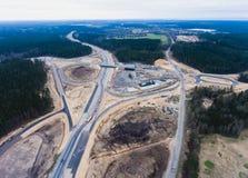一个巨型的建造场所的空中空气视图有一种重型车辆、推土机和挖掘机的,建立一新的路、工作和unl 免版税库存图片