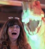 一个巨型绿色妖怪恐吓的妇女 免版税图库摄影