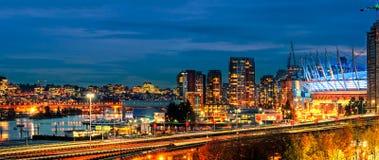 一个巨大的海滨城市的夜生活有现代发光的多色 库存图片