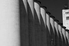 一个巨大的筒仓的一张黑白照片在衣阿华 库存照片