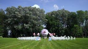 以一个巨大的腾空球的形式婚礼装饰 站点的总图 在开放乡下,夏天,温暖的天气 股票视频