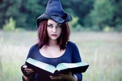 一个巫婆的画象有书的,特写镜头 免版税图库摄影