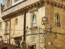 一个巴洛克式的宫殿的Windows在莱切,普利亚 免版税库存照片