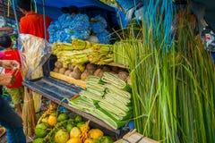 一个市场用一些食物,花,椰子在市登巴萨在印度尼西亚 免版税库存照片