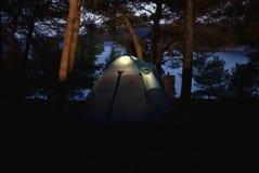 一个帐篷的低灯照片在阵营的在伊斯特拉半岛 库存照片