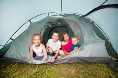 一个帐篷的孩子在夏天 免版税库存图片