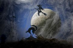 一个帚柄的巫婆以月亮为背景,万圣夜 免版税库存图片