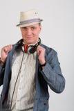 一个帽子的一个人有耳机的 库存照片