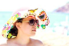 一个帽子的女孩在海背景,软性被弄脏 免版税库存照片
