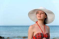一个帽子的女孩海运 免版税库存照片