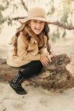 一个帽子的小女孩有长的头发的 免版税库存照片