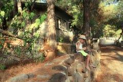 一个帽子的男孩在篱芭 免版税库存图片