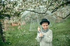 一个帽子的男孩有伞的 免版税图库摄影
