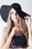 一个帽子的美丽的女孩有边缘时尚的 库存图片