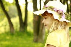 一个帽子的美丽的小女孩在自然 图库摄影