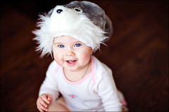 一个帽子的逗人喜爱的小女孩有兔宝宝的 库存照片