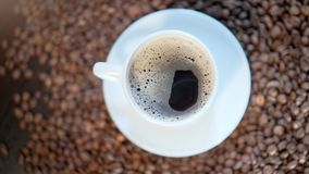 一个干净的白色杯子充满与泡沫的一个芬芳咖啡饮料 影视素材