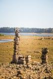 一个干河床和岩石的晴朗的河沿风景 在河附近的石平衡的建筑 库存图片