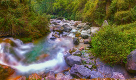 一个干燥小的湖的瀑布 库存图片