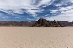 一个干盐湖的地板有破裂的泥的 库存图片