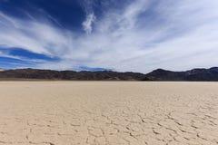 一个干盐湖的床有破裂的黏土的 图库摄影