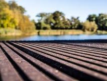 一个平台的长凳在湖的 免版税库存图片