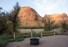 一个平安的露营地在沙漠 免版税库存图片