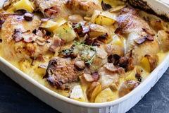 一个平底锅烤鸡烟肉和土豆烘烤 免版税库存图片