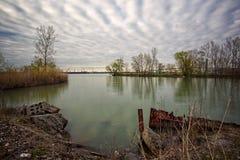 一个平静的地方,一个蓝色盐水湖在多云天空下 库存照片