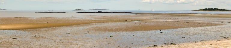 一个平静的海滩的全景在Cramond海岛附近的,在爱丁堡西部 库存图片